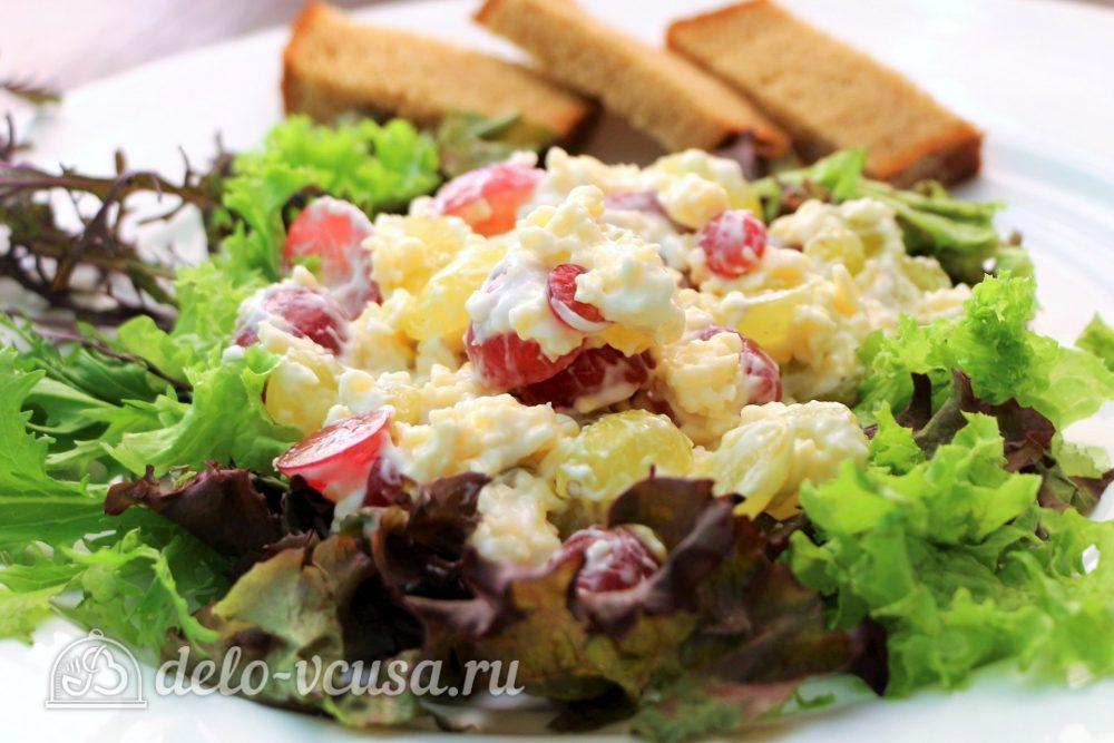 Салат с виноградом, сыром и чесноком готов