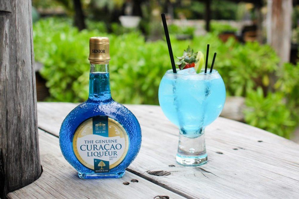 Какие алкогольные напитки окрашены в синий цвет