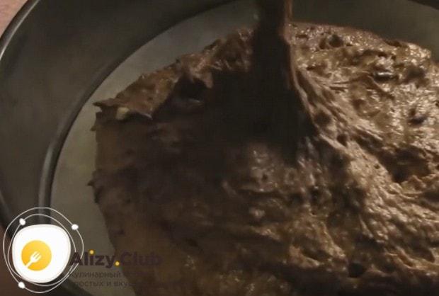 Получившееся густое тесто выкладываем в застеленную пергаментом форму.