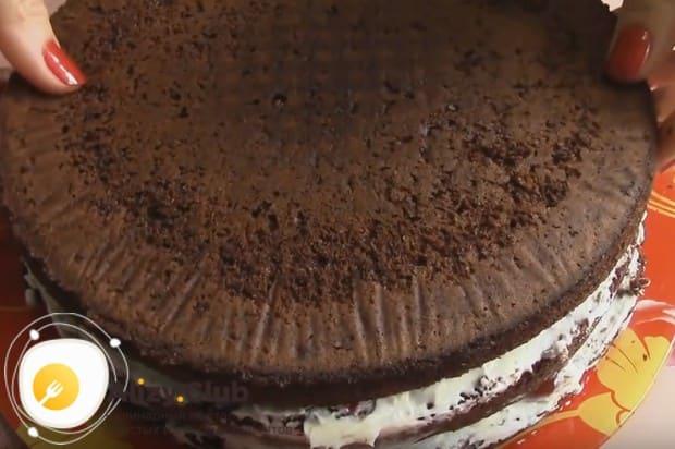 Повторяем слои торта, выкладывая последний корж.