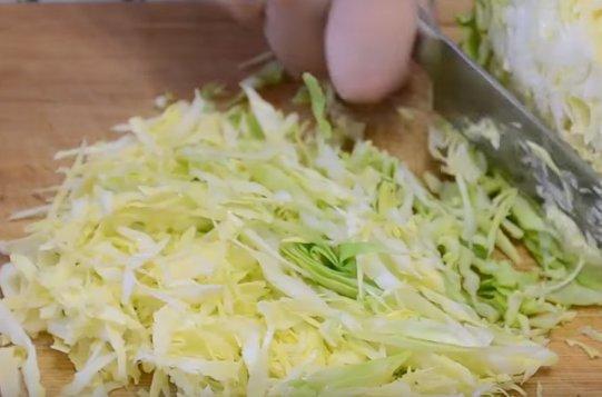 Весенний салат с молодой капустой и огурцом