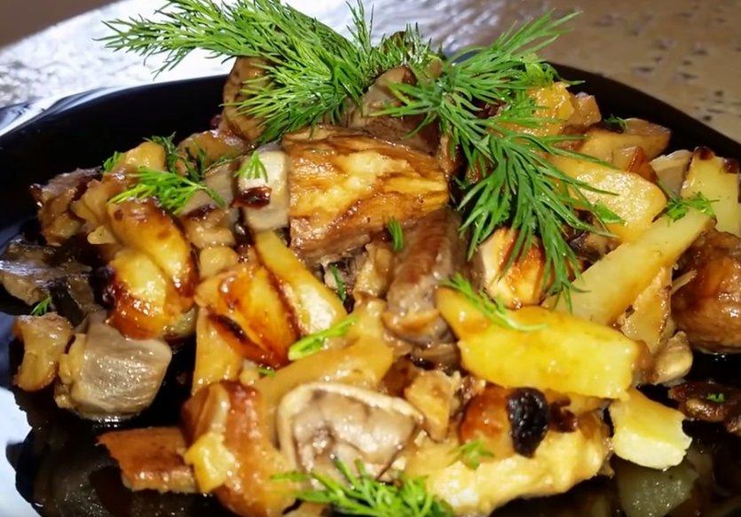 Жареная картошка с белыми грибами и луком на сковороде