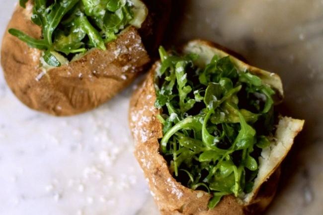 Запеченный картофель с морской солью и руколой