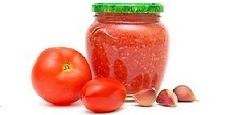 помидоры и баночка с аджикой