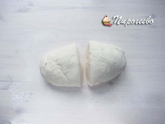 Разделить тесто на две части
