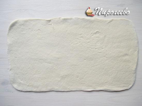 Раскатать тесто в прямоугольный пласт