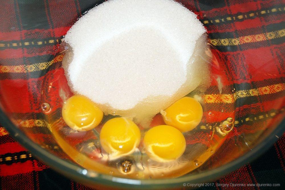 Как приготовить Бискотти — сухое печенье. Шаг 5: Смешать сахар и яйца