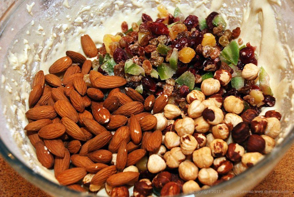Как приготовить Бискотти — сухое печенье. Шаг 15: высыпать цукаты и орехи втесто
