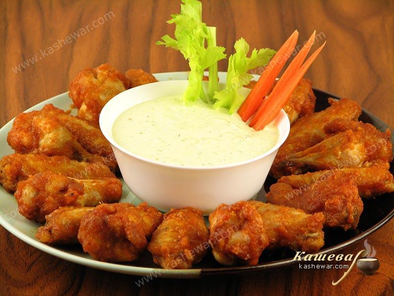 Куриные крылышки баффало с соусом, сельдереем и морковью