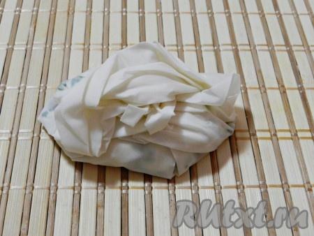 Завернуть пирожок снизу и по бокам, чтобы образовались складки.