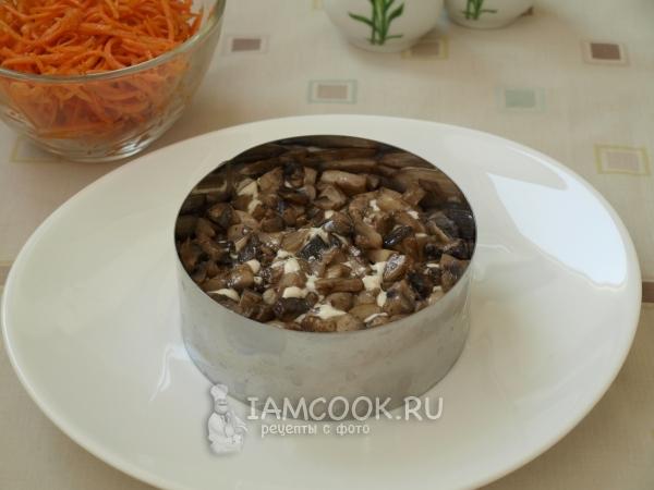 Положить слой грибов