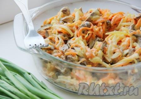 Лук вынуть из маринада и хорошенько отжать, смешать лук с морковкой и куриными сердечками, заправить салат майонезом, по желанию добавить соль и перец.