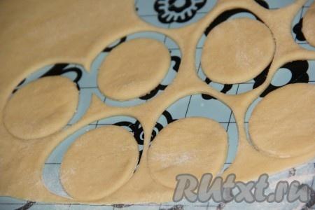 Готовое тесто раскатать скалкой  в пласт, не слишком тонко. Вырезать круги диаметром 5-6 см.