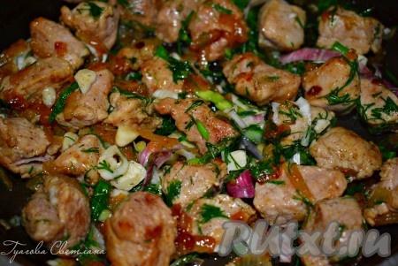 Сочная, аппетитная поджарка из свинины с луком готова, можно подавать к столу с гарниром по вашему вкусу.
