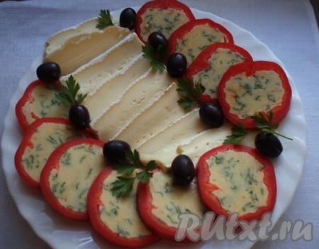 Еще вариант подачи холодной закуски из перцев, фаршированных сыром.