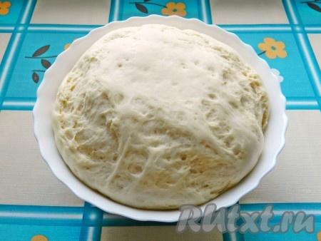 """Затем тесто хорошо обмять и снова убрать в теплое место на 30-40 минут. Готовое тесто значительно увеличится в объеме. Тесто для хачапури можно замесить в хлебопечке, в режиме """"Дрожжевое тесто""""."""