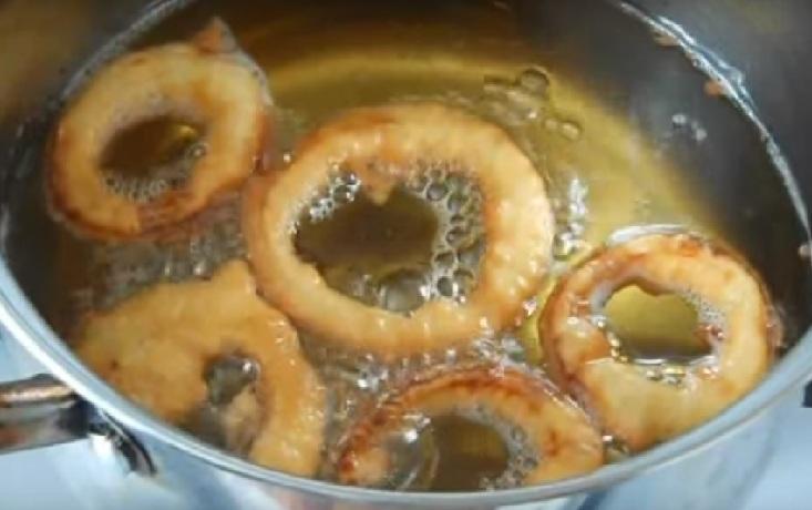 фото готовых луковых колец в кляре