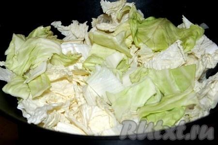 Через 1 минуту добавить нарезанную крупными кусками пекинскую капусту и репчатый лук.
