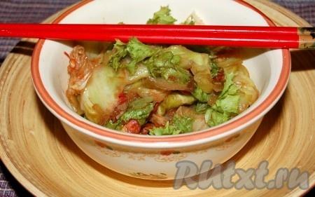 Через 1 минуту наша жареная пекинская капуста с помидорами готова. По желанию можно добавить свежей зелени, листового салата.