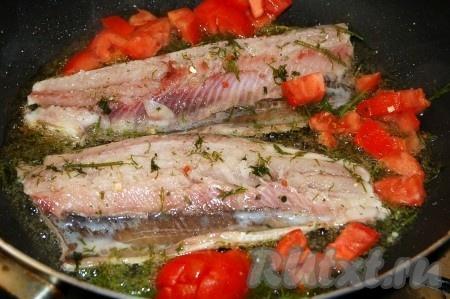 Селедку также разделать на филе, посолить, также раскалить сковородку с маслами. Выложить селедку на сковороду, и сразу же добавить к ней нарезанный мелко укроп и нарезанные небольшими кубиками помидоры.