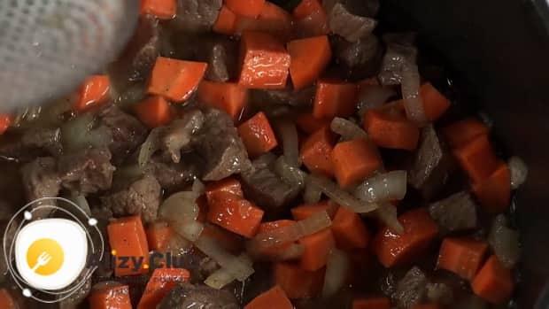 Для приготовления лагмана из говядины, обжарьте мясо с овощами.