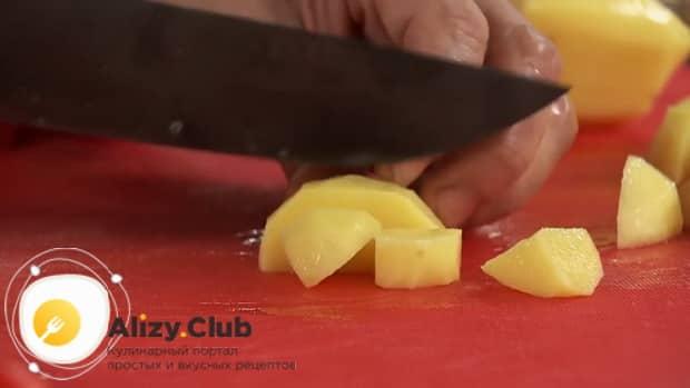 Для приготовления лагмана из говядины, нарежьте картофель.