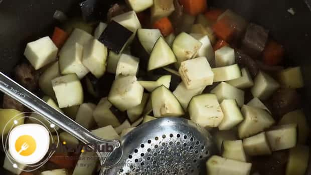 Для приготовления лагмана из говядины, добавьте баклажан