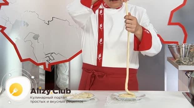 Для приготовления лагмана из говядины, вытягивайте тесто.