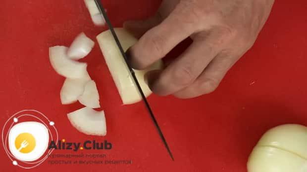 Для приготовления лагмана из говядины, нарежьте лук.