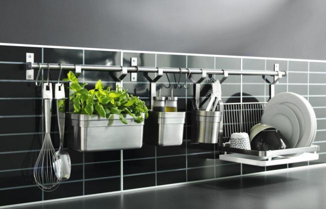 кухонная утварь на стене