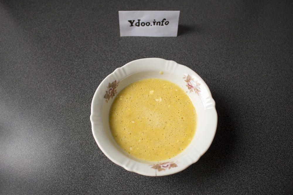яичная смесь в глубокой тарелке на столе