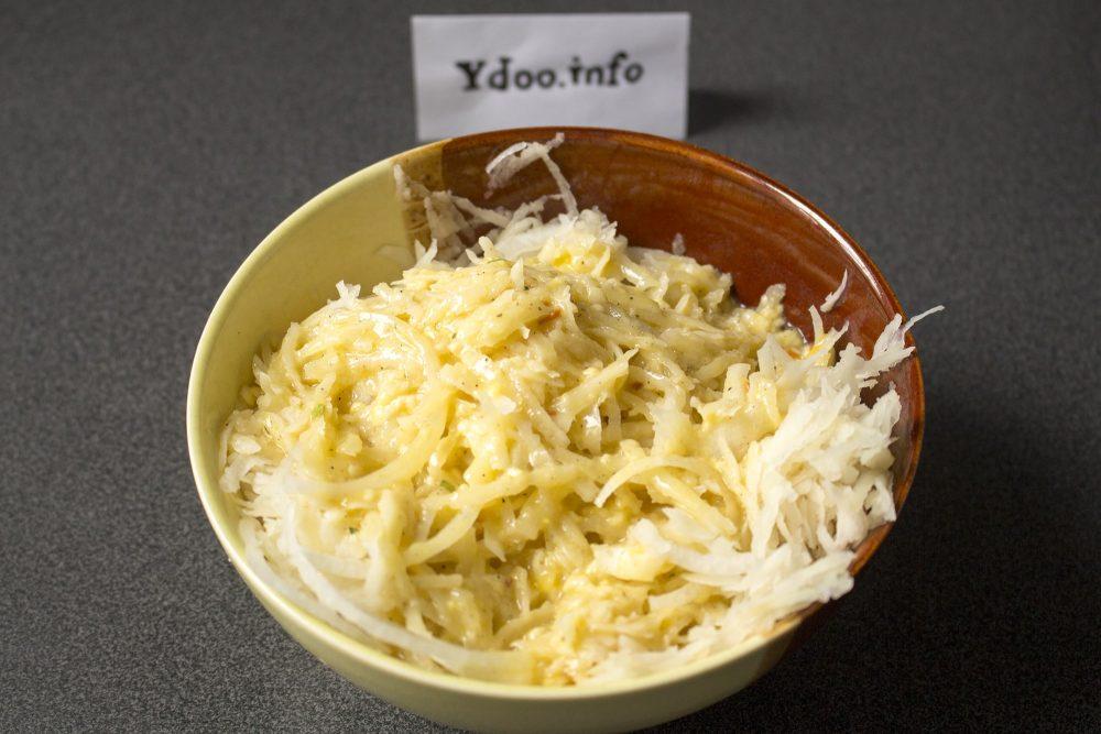 тертый картофель с яичной смесью в пиале на столе