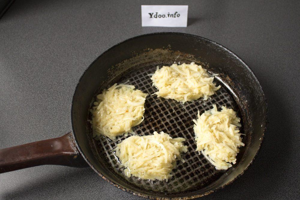 четыре латкеса в сковороде на столе