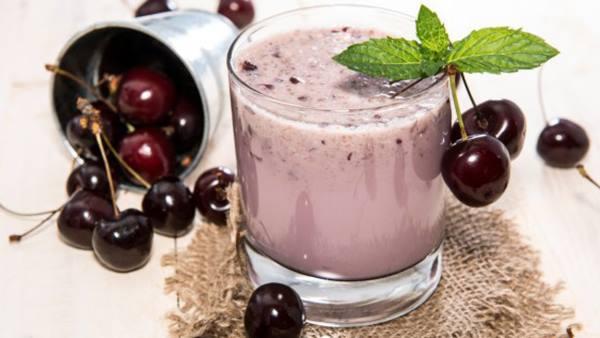 Коктейль из молока и коньяка с вишневым сиропом