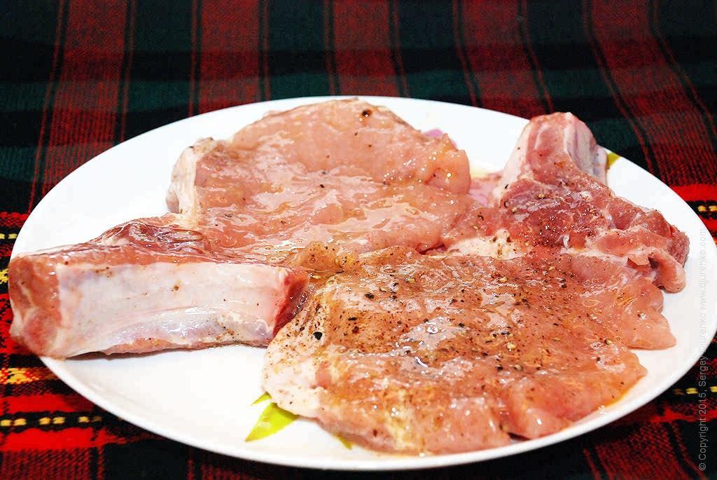 Как приготовить Свиная отбивная — котлета натуральная. Шаг 9: Отбивную котлету обмакнуть во взбитое со щепоткой соли и молотого черного перца яйцо