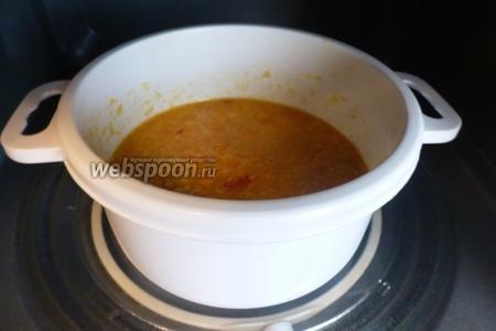 Отправим соус в микроволновку на 2 минуты. Сахар хорошо растворится и апельсиновая цедра станет мягче.