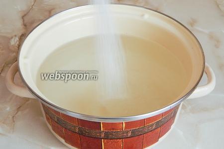 В кастрюлю вливаем воду и кипятим её. В кипяток засыпаем сахар, размешиваем до растворения крупинок.