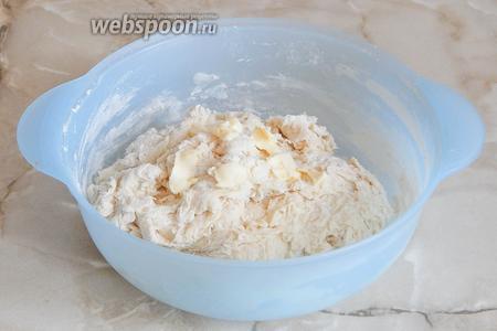 Замешиваем тесто. Когда мука увлажнится, добавляем мягкое масло.