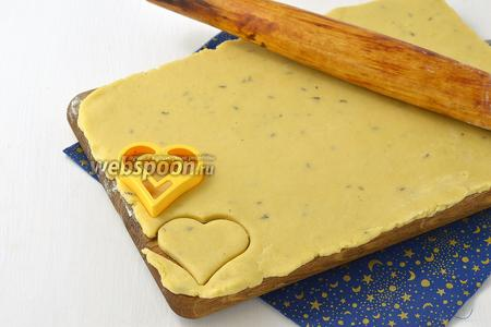 Раскатать тесто на подпылённой мукой доске, толщиной  5-6 мм. Формочкой вырезать печенье.