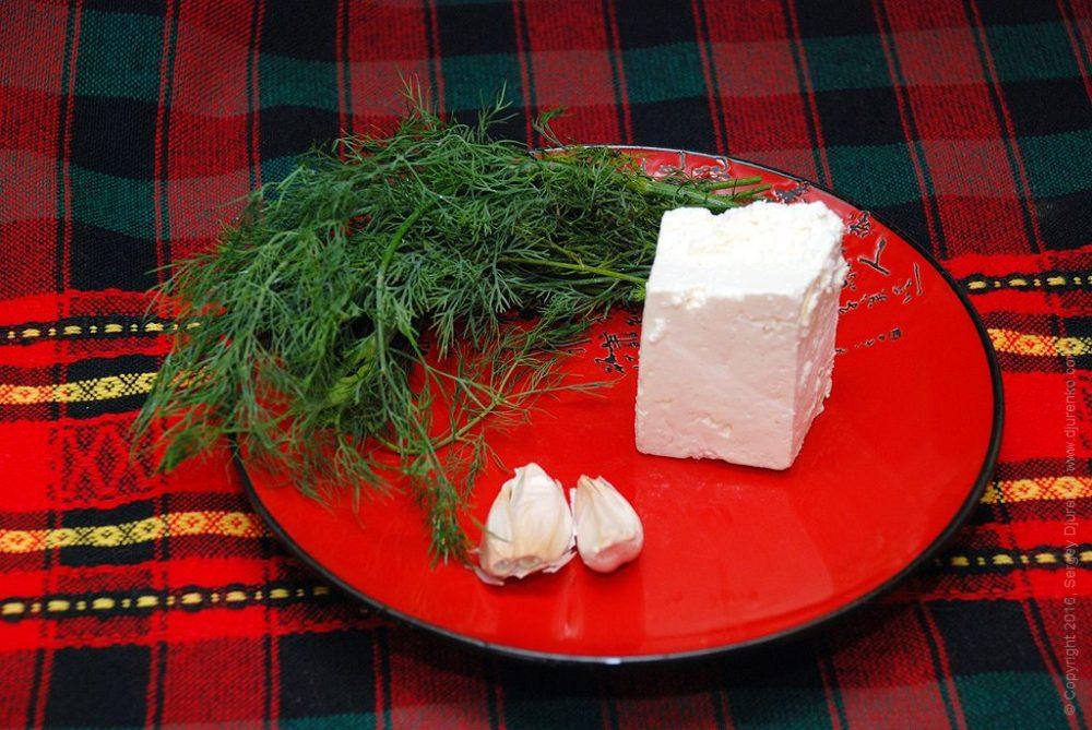 Как приготовить Сладкий перец фаршированный сыром. Шаг 5: Брынза, укроп и чеснок