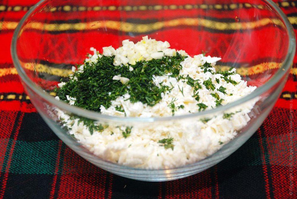 Как приготовить Сладкий перец фаршированный сыром. Шаг 7: Измельчить брынзу, укроп и чеснок