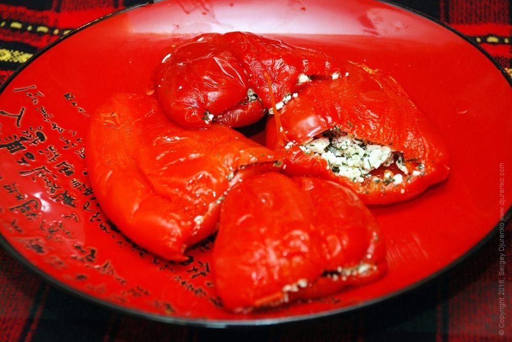 Как приготовить Сладкий перец фаршированный сыром. Шаг 9: Начинить перцы сырной смесью