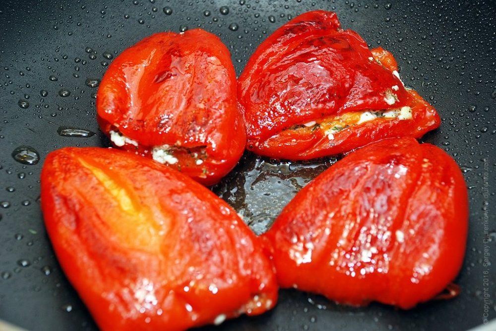 Как приготовить Сладкий перец фаршированный сыром. Шаг 11: Обжарить фаршированные перцы