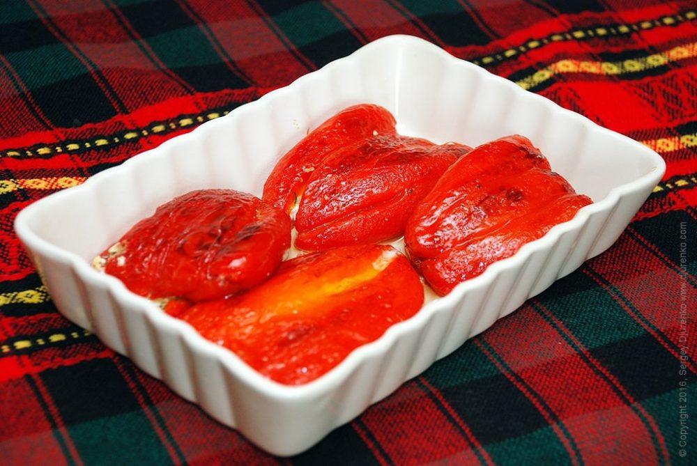 Как приготовить Сладкий перец фаршированный сыром. Шаг 13: Сложить перцы в керамическую или стеклянную посуду.