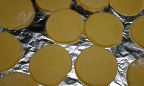 Раскладываем печенье на противень