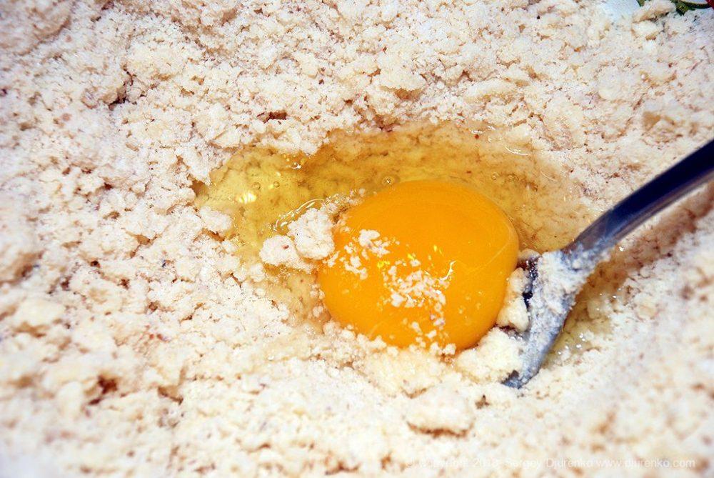 Как приготовить Домашнее песочное печенье. Шаг 7: добавить в тесто яйцо