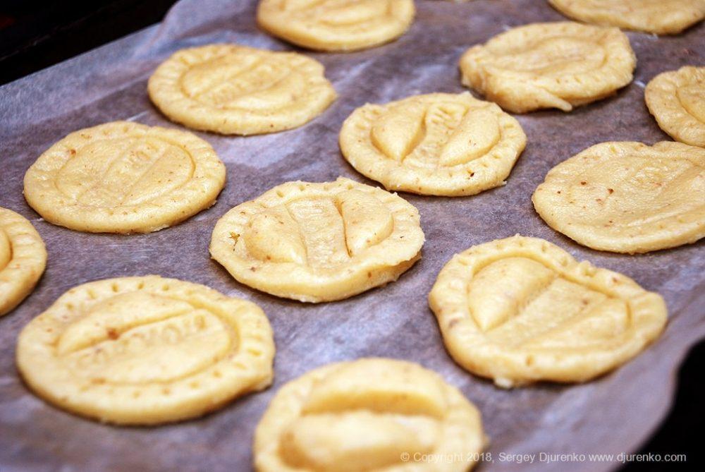 Как приготовить Домашнее песочное печенье. Шаг 15: печенье на противне