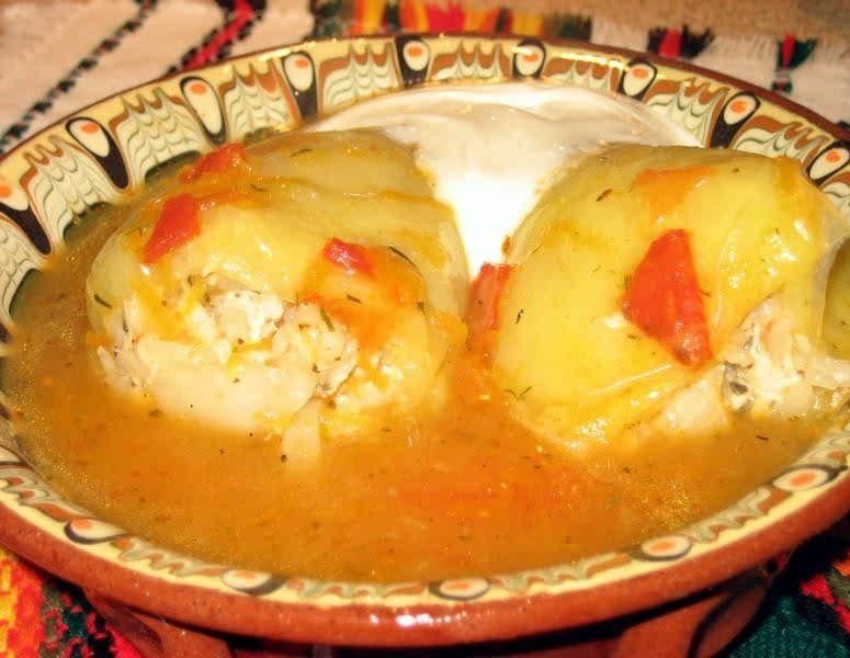 Фаршированный перец в тарелке