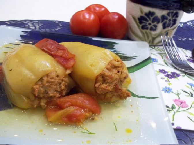 Фаршированные мясом и рисом перцы из духовки