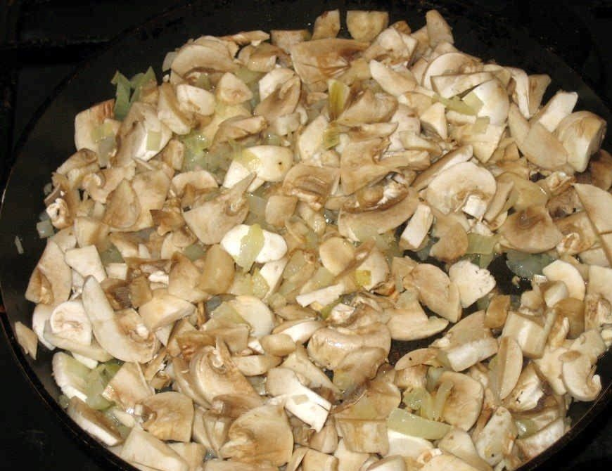 Лук и грибы в сковороде